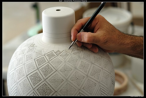 Sgraffito pottery: Francesco Fasano at work